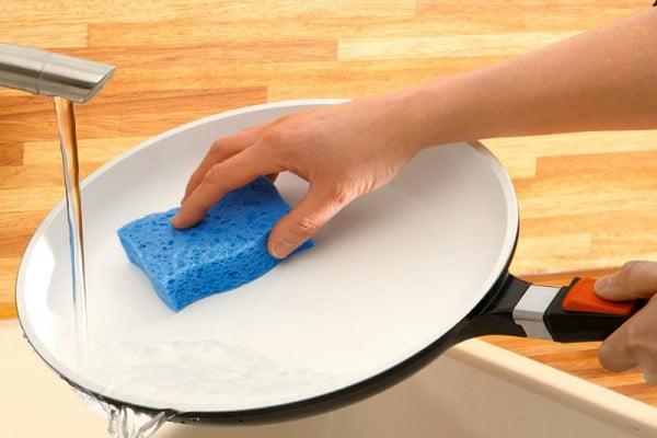Чем очистить антипригарную сковороду