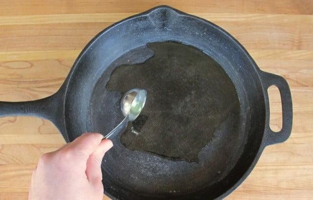 Сковорода чугунная уход - каким маслом смазывать сковородку