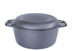 Чугунная кастрюля с крышкой сковородой