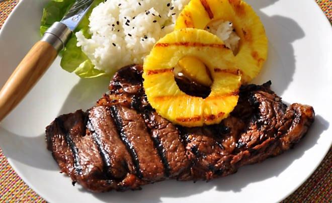 Свиной стейк на сковороде гриль с ананасами