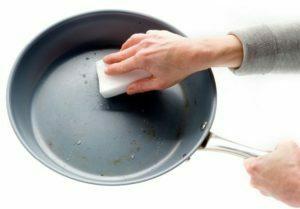 Как прравиьно мыть антипригарную сковороду
