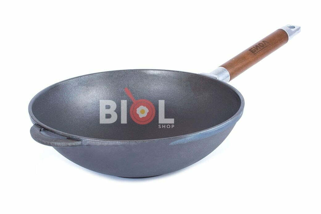 5. Сковорода чугунная WOK с деревянной ручкой Биол 24 см